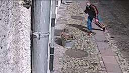 Eine Überwachungskamera filmte den Mann wie er versuchte, mit einem Gullydeckel eine Schaufensterscheibe einzuwerfen.
