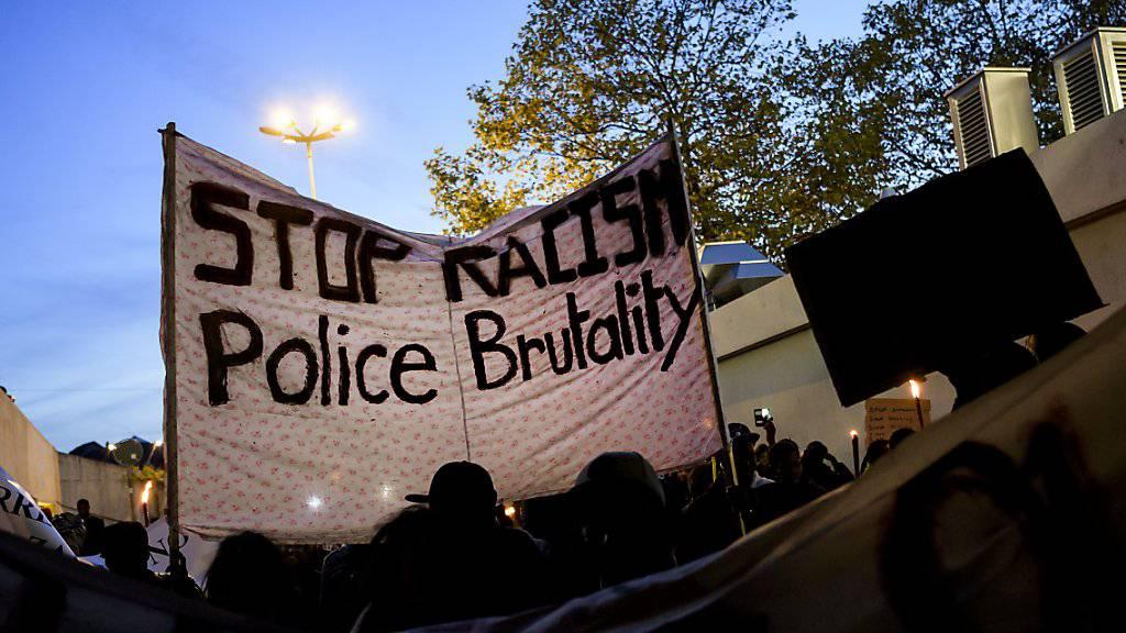 Ausgerüstet mit «Stopp Rassismus»-Transparenten zogen am Mittwochabend in Lausanne rund 600 Personen durch die Strassen.
