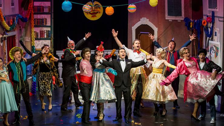 Das Ensemble präsentierte sich im Kurtheater farbenfroh – in Sachen Schminke und Petticoats aber etwas gar übertrieben. zvg