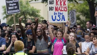Die Rechtsextremisten vermochten am Jahrestag der tödlichen Proteste von Charlottesville kaum zu mobilisieren. Dagegen nahmen Tausende an Gegendemonstrationen teil. Die Kundgebungen richteten sich auch gegen US-Präsident Donald Trump.