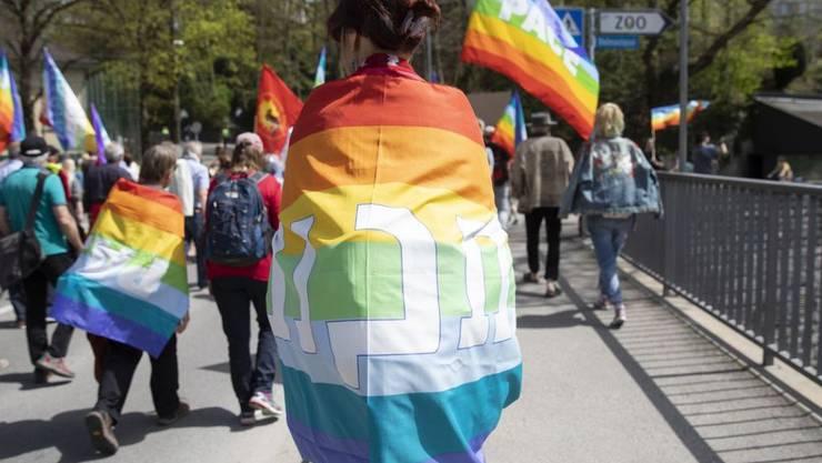 """Unter dem Motto """"Frieden statt Krieg exportieren"""" demonstrieren die Teilnehmer des traditionellen Ostermarschs für eine friedlichere Welt."""