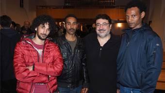Im Gespräch mit Salahaddin Al Beati (2.v.r.) berichteten Al Amary Hussein, Abdu Mohamed, und Tsige Kidane (v.l.) von Eritrea undihrer Flucht in die Schweiz. hcw