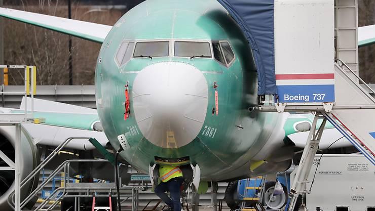 Der Flugzeugbauer Boeing will mit Gehaltskürzungen bei den Chef, der Streichung von Dividenden und Aktienrückkäufen den Weg für Staatshilfe ebnen. (Symbolbild)