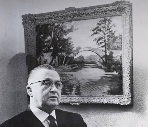 Willy Sax vor dem Gemälde, das Churchill ihm geschenkt hat