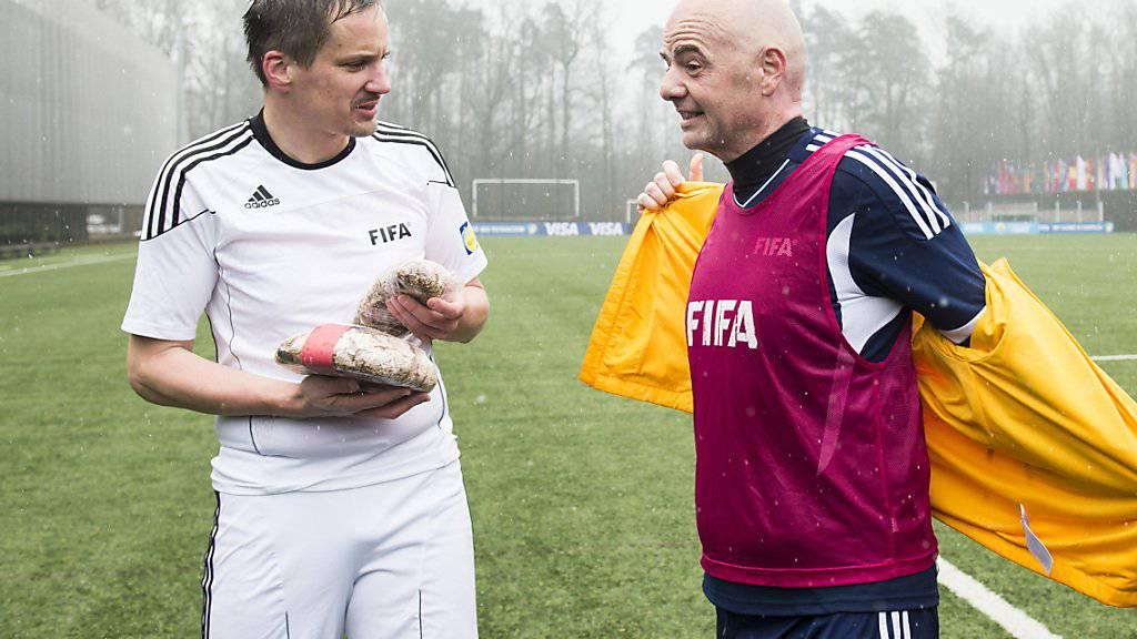 Die Walliser Staatsanwaltschaft prüft eine allfällige strafrechtliche Relevanz in der Beziehung zwischen FIFA-Präsident Gianni Infantino (rechts) und Oberstaatsanwalt Rinaldo Arnold