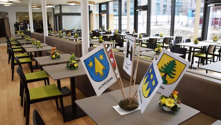 Mit dem Restaurant soll eine breite Zielgruppe angesprochen werden. Auf dem Tisch die Fahnen der bürgenden Gemeinden.