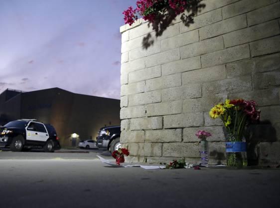 Blumen vor der Saugus High School im kalifornischen Santa Clarita, in der sich am am 14. November ein tödliches Attentat ereignete.