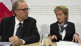 Bundesraetin Eveline Widmer-Schlumpf (r.) und Peter Hegglin, Präsident der Konferenz der kantonalen Finanzdirektorinnen und - direktoren (FDK) sprechen an einer Medienkonferenz zur Unternehmenssteuerreform III