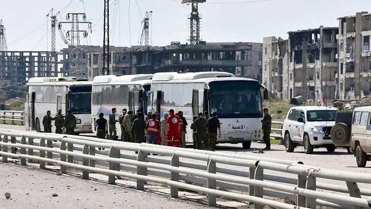 Busse mit Evakuierten aus Fua und Kafraja nahe Aleppo. Nachdem sie an einem Kontrollpunkt dort aufgehalten worden waren, konnten sie am Freitag weiterfahren. (Archiv)