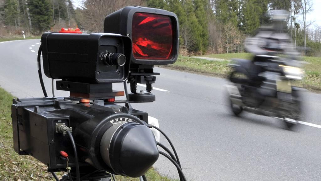 Mit 165 km/h durch 80er-Zone: Polizei stoppt Töff-Raser