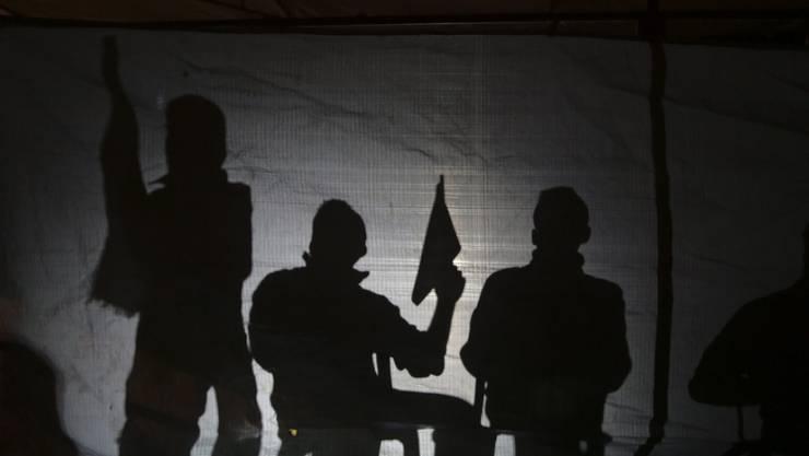 Fatah-Unterstützer warten auf die Freilassung von Gefangenen - in palästinensischen Gefängnissen wird laut HWR gefoltert. (Symbolbild)