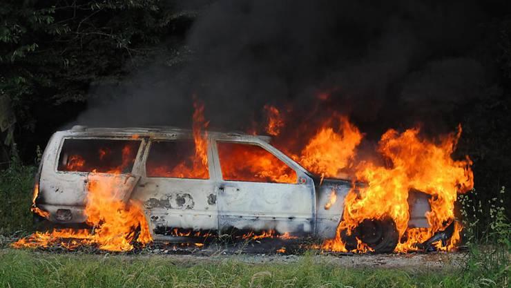 Die Schaffhauser Einsatzkräfte konnten das brennende Auto nicht mehr retten. Es war von jungen Leuten gestohlen worden.