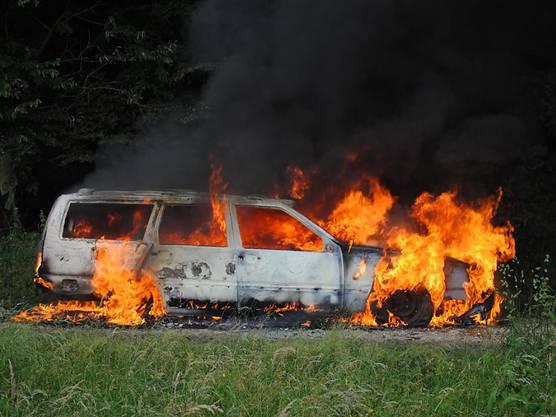 Ein gestohlener Personenwagen ist in der Stadt Schaffhausen komplett ausgebrannt. Die Schaffhauser Polizei ermittelt in diesem Zusammenhang gegen drei Jugendliche und einen jungen Erwachsenen.