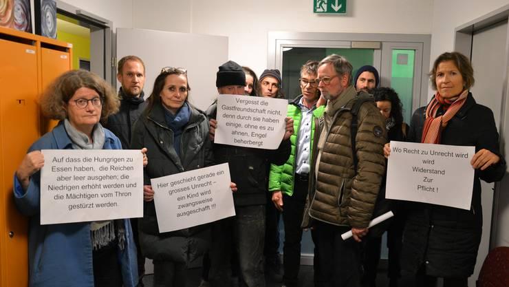 Kirchenvertreter bei ihrem Protest im Wartezimmer des Amts für Migration in Luzern.