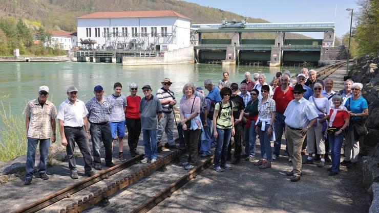 Die Teilnehmer vor dem Kraftwerk