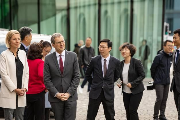 Eine Delegation aus China besucht die Regierung in Aarau mit Landammann Urs Hofmann. Beim Regierungsgebäude weht die chinesische Staatsflagge.