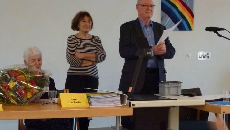Die abtretende Kassiererin Ute Lacheta, die Präsidentin Ruth Blum und der Tagespräsident Gebi Bürge zu sehen.