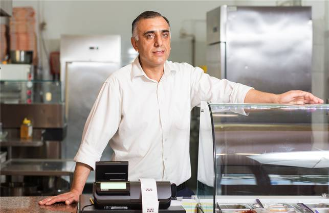 Er flüchtete in 1990 aus Syrien und baute sich in Deutschland eine neue Existenz auf, gründete eine Familie.