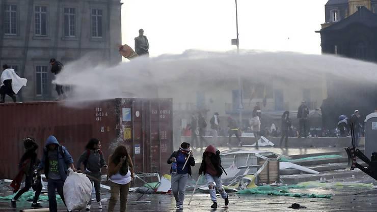 In Kolumbien ist nach Demonstrationen im ganzen Land gegen die Regierung am Donnerstag (Ortszeit) vielerorts zu Ausschreitungen gekommen.