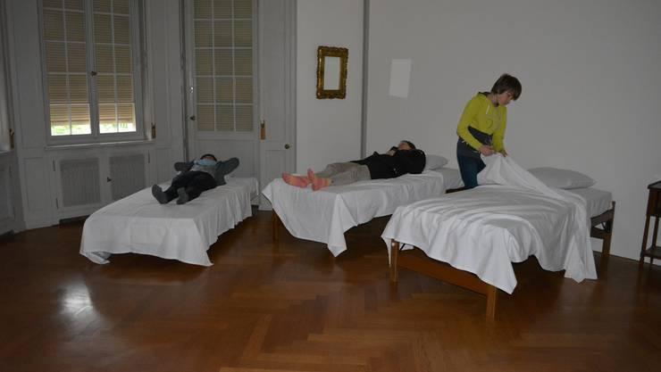 Die Besucher sind eingeladen, bei den Impressionisten der Sammlung und einem Aquarell von Herbert Brandl ein Erholungsnickerchen zu machen.