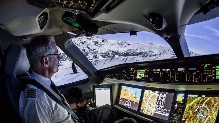 Captain Robert Emeri übt den Flug durch die Alpentäler des Engadins im Simulator in Kloten.