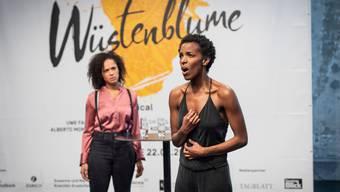 Noch ohne Bühnenbild oder Kostüme: Kerry Jean (als Waris Dirie, rechts) und Dionne Wudu (als Freundin Marilyn) singen auf der Pressekonferenz das Duett «So wirst du Frau» aus dem Musical «Wüstenblume».