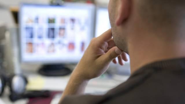 Bei einer Hausdurchsuchung fanden Ermittler im August 2014 auf seiner Hardware insgesamt 47'670 kinderpornografische Bilder und 4096 solche Videos. (Symbolbild)