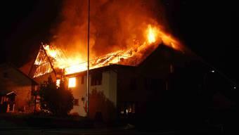 Das Feuer zerstört den Gasthof Jura