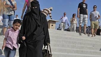 In Frankreich in der Öffentlichkeit nicht mehr erlaubt: das Tragen einer Burka (Archiv)