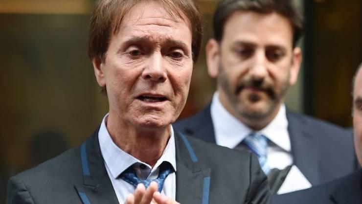 """Der Sänger Sir Cliff Richard (77, l) zeigte sich am Mittwoch vor Gericht sehr emotional, nachdem seine Klage gegen die BBC gutgeheissen wurde. Das Gericht befand, die BBC habe """"sensationslüstern"""" über ihn berichtet."""
