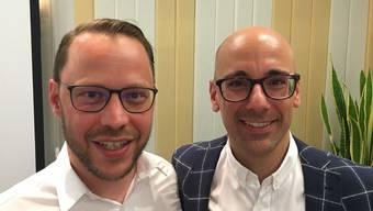 David Serratore (rechts) von der Associazione Sanpietresi übergibt das Präsidium des Kartells der Ortsvereine Dietikon an Pascal Stüssi (links) vom FC Dietikon.