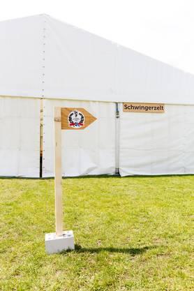 Ein Wegweiser vor dem Schwingerzelt während Aufbauarbeiten für das Aargauer Kantonalschwingfest, am 4. Mai 2017 in Brugg. Das 111. Aargauer Kantonalschwingfest findet vam 7. Mai im Schachen in Brugg statt.