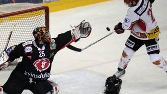 Doppeltorschütze Fata versucht, Lausanne-Hüter Tobler mit einem Volley zu bezwingen