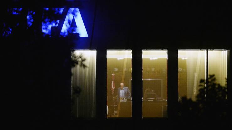 Es wird immer dunkler um die FIFA - Noch brennt Licht in Blatters Büro. Wie lange noch?