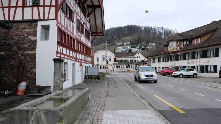 Bei der Zürcherstrasse wurde auf Höhe des Ladens des Weinguts Haug probeweise bereits die neue Brunnenpflästerung und der neue Strassenbelag eingebaut.
