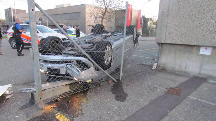 Auto überschlägt sich: 18-jähriger Neulenker verliert Kontrolle über Mercedes-Cabriolet