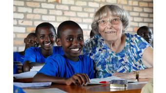 Margrit Fuchs mit Schülern in Ruanda im Jahr 2007.