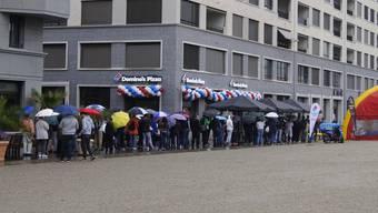 Kurz vor 11 Uhr drängen sich dutzende von Leuten vor der neuen Domino's Filiale im Limmatfeld.