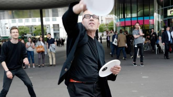 Kunst, aber nicht Können: Enrique Fontanilles spielt Frisbee auf dem Messeplatz.  Foto: Kenneth Nars