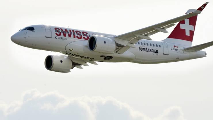 Der neue Flüsterjet der Swiss: die erste Bombardier CS 100 der Airline im Himmel über Zürich-Kloten. (Archiv)