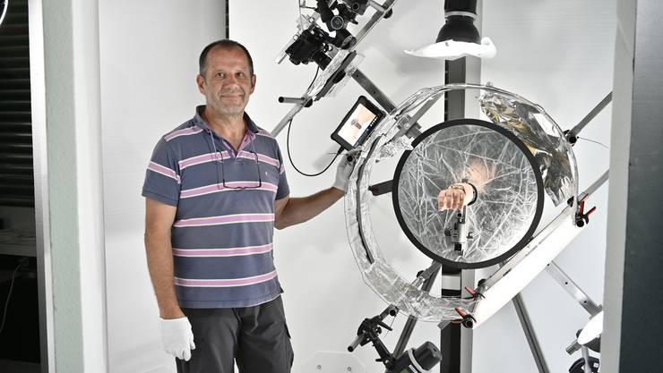 Beat Stebler mit seiner Einrichtung, um Uhren zu fotografieren.