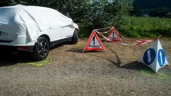 Der Parkplatz auf dem das fünfjährige Mädchen am Dienstagabend ums Leben gekommen ist, aufgenommen in Muzzano im Tessin am Mittwoch, 22. Juli 2015. Das abgebildete Auto ist nicht das Unglücksauto.