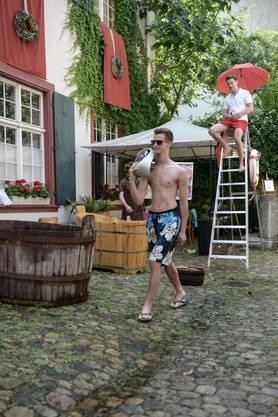 Des Bademeisters grösster Albtraum folgt zum Schluss: Die lange Badehose aus den Neunzigern, am liebsten noch mit der Unterhose darunter getragen.