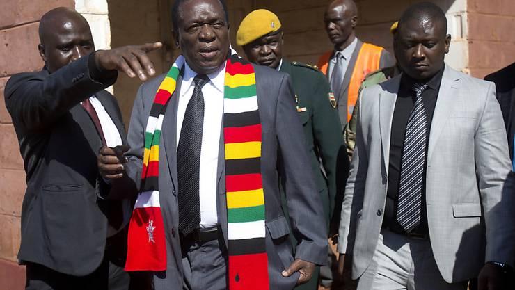 Simbabwes Präsident Emmerson Mnangagwa nach der Stimmabgabe - seine Partei hat sich nach offiziellen Angaben die Mehrheit im Parlament gesichert.