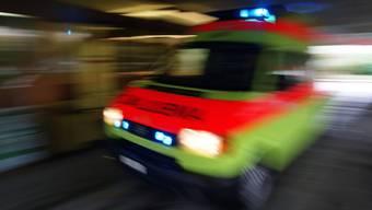 Die beiden Männer im Alter von 26 und 45 Jahren zogen sich beim Unfall schwere Verletzungen zu. (Symbolbild)