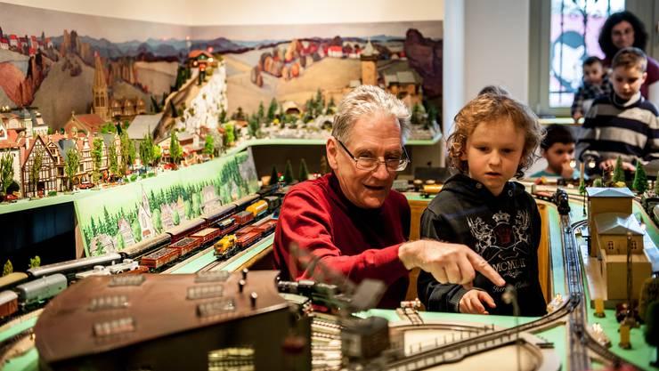 Peter Erni von den Tin Platers instruiert die Kinder.