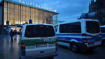 Nach den Attacken am Kölner Bahnhof an Silvester hat die Polizei mehrere Personen verhaftet.
