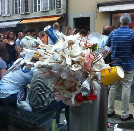 Maienzug Vorbend: Ein Kübel in der Pelzgasse war bereits um 20 Uhr mehr als überfüllt.