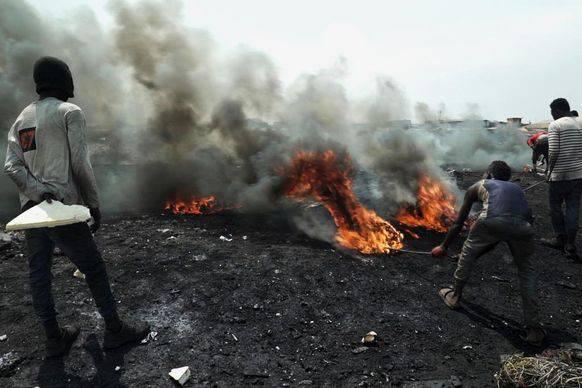 Um ans Kupfer zu kommen, verbrennen die Arbeiter die Kabel.