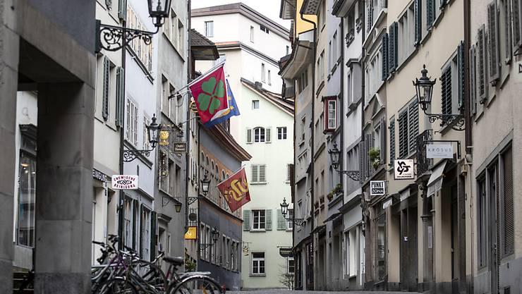 Geschlossene Läden und Geschäfte: Das Coronavirus sorgt für leere Gassen - und damit auch für eine Vollbremsung der Schweizer Wirtschaft. (Themenbild)